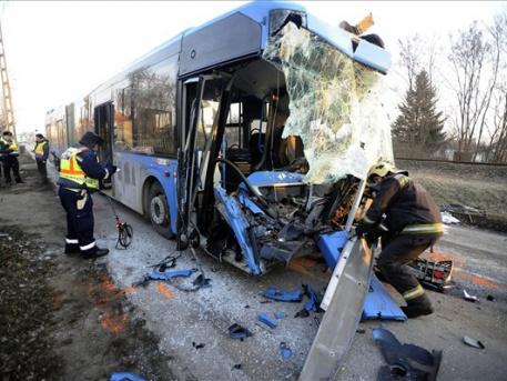 A busz rendesen összetört (fotó: Mihádák Zoltán - MTI)