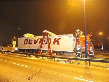 Beszorult kamion (fotó: Mihádák Zoltán - MTI)