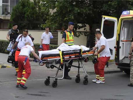 A mentők kórházba vitték a zavartan viselkedő férfit (fotó: Mihádák Zoltán – MTI)