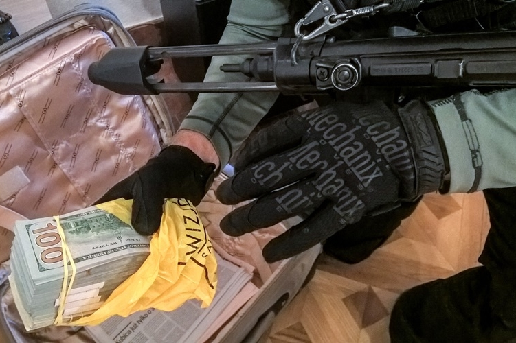 Nagy mennyiségű valutát is találtak (forrás: police.hu)