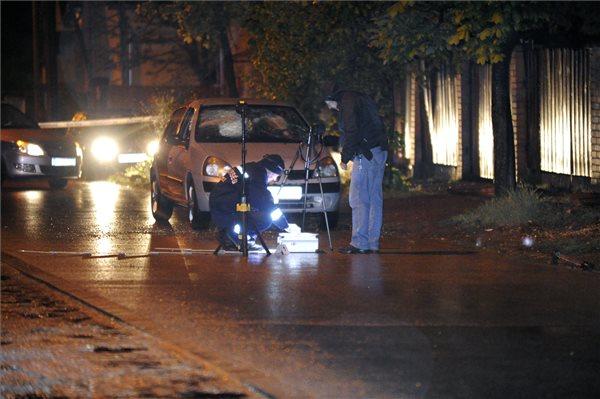 A betört szélvédőjű autó (fotó: Mihádák Zoltán - MTI)