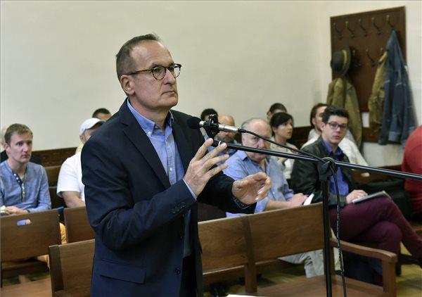Simon Gábor a tárgyalóteremben (fotó: Máthé Zoltán - MTI)