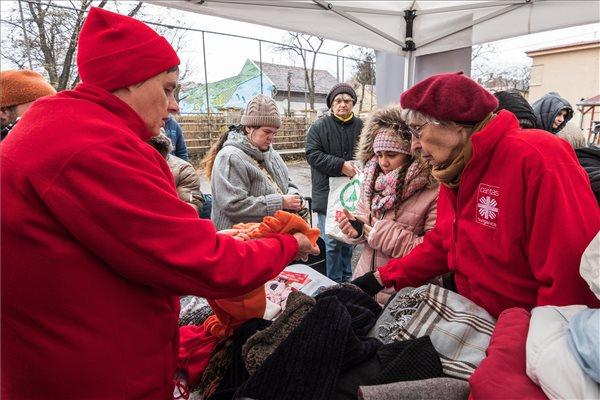 Mádl Dalma is ruhát osztott a rászorulóknak (fotó: Mónus Márton – MTI)